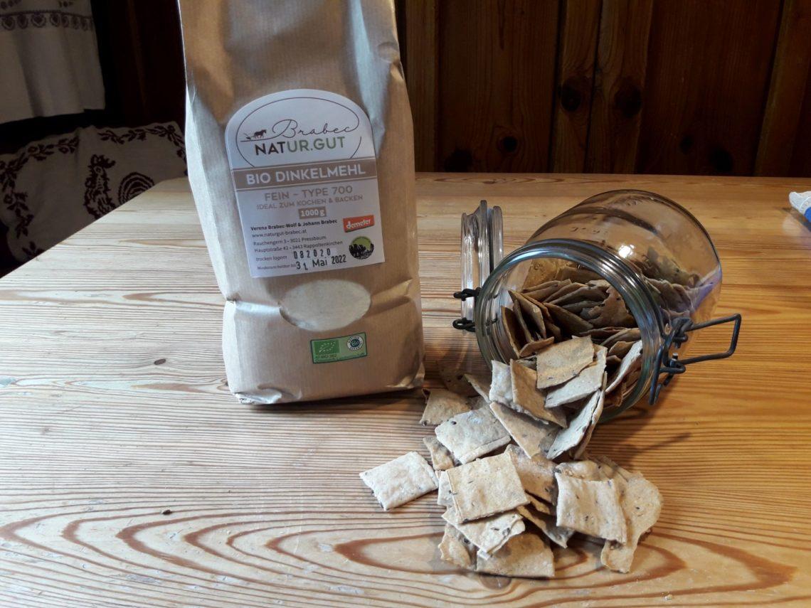 Bio Dinnkelmehlsackerl mit Cracker aus dem Glas